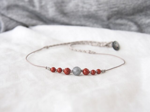 Gray&Red Short Necklaceの画像1枚目
