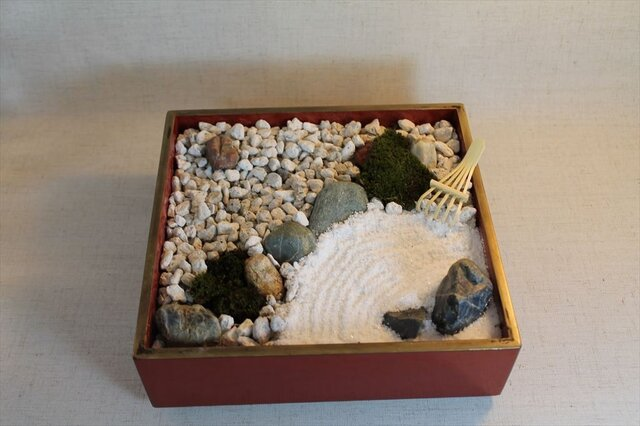 本漆塗りの重箱で日本庭園(箱庭)の画像1枚目