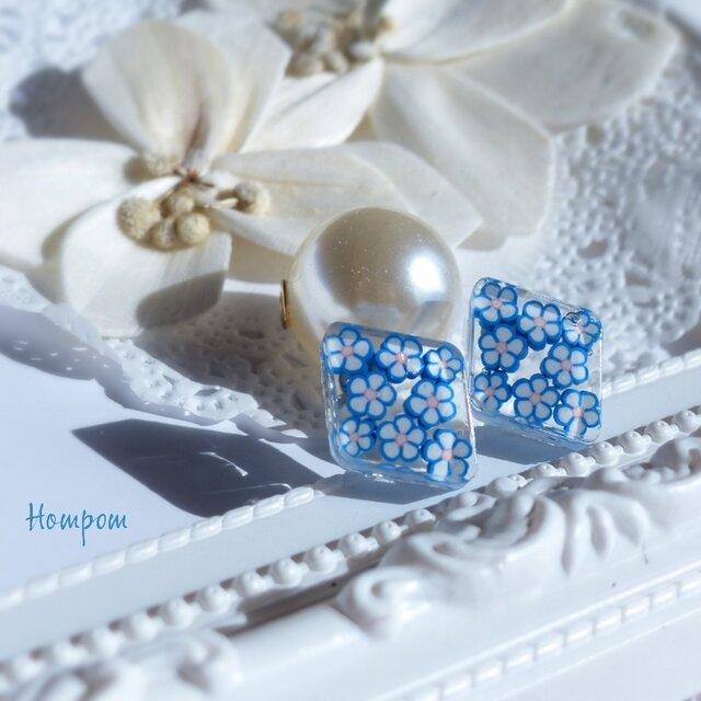 青い小花のパールキャッチピアス ホムポムの画像1枚目