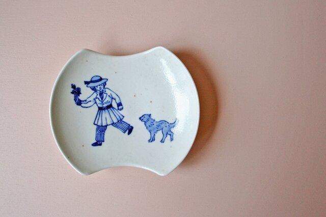 オランダ少年と犬の変形小皿の画像1枚目