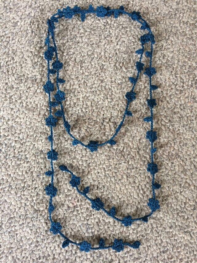 夏糸のラリエット 葉と小花 ブルーの画像1枚目