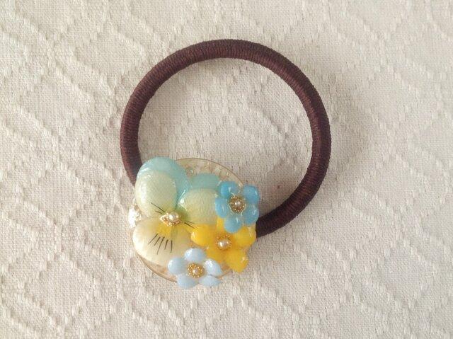 染め花を樹脂加工したビオラと小花のヘアゴム(水色&オフホワイト)の画像1枚目