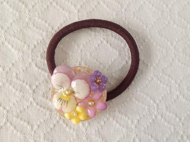 染め花を樹脂加工したビオラと小花のヘアゴム(薄紫&オフホワイト)の画像1枚目