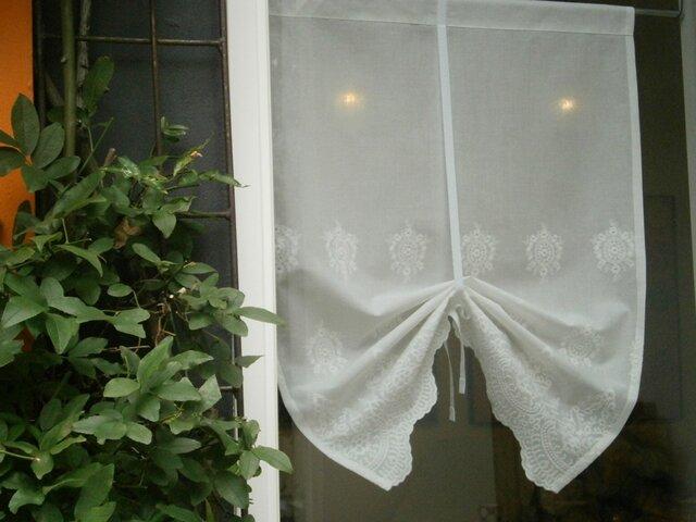 スカラップ刺繍のカフェカーテンの画像1枚目