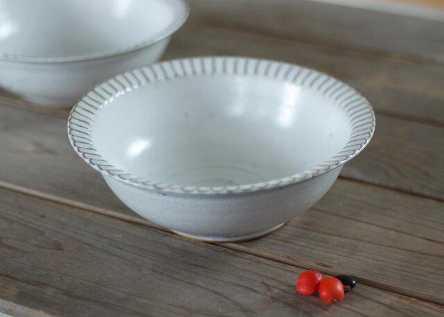 白い陶器の鎬リムボウル(大)の画像1枚目