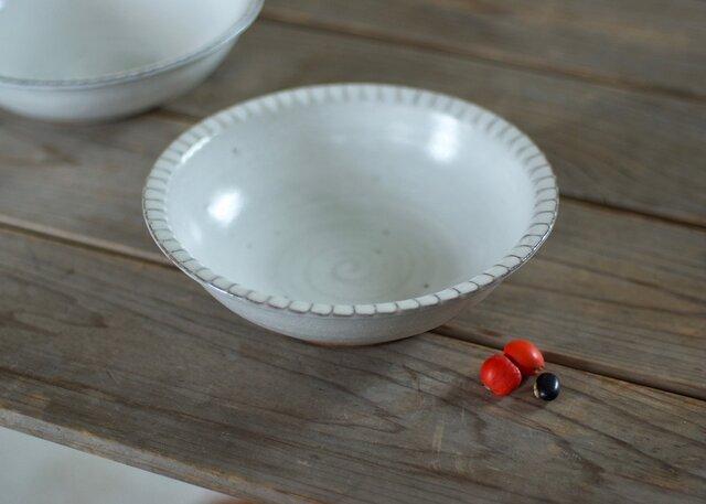 白い陶器の鎬リムボウル(小)の画像1枚目