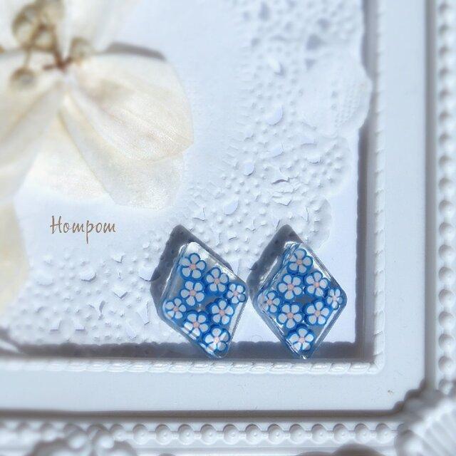 青い小花のピアス ホムポムの画像1枚目
