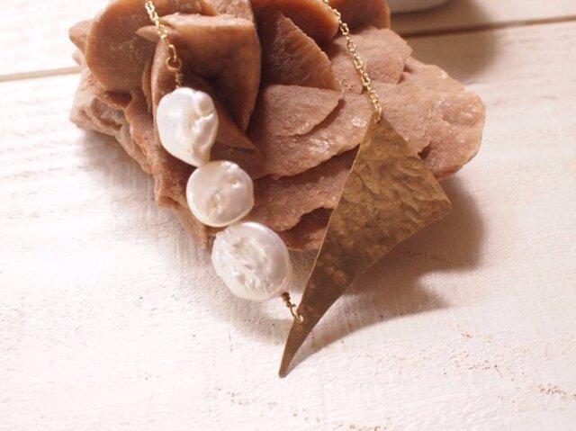 踊る真珠と真鍮ネックレスの画像1枚目