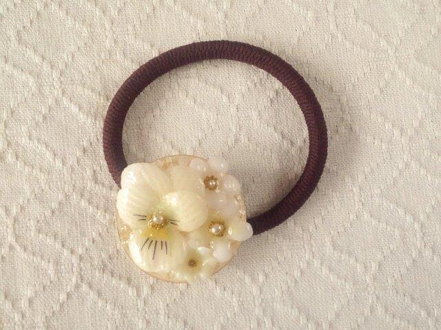 染め花を樹脂加工したビオラと小花のヘアゴム(ホワイト)の画像1枚目