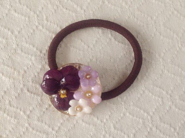 染め花を樹脂加工したビオラと小花のヘアゴム(濃紫)の画像1枚目