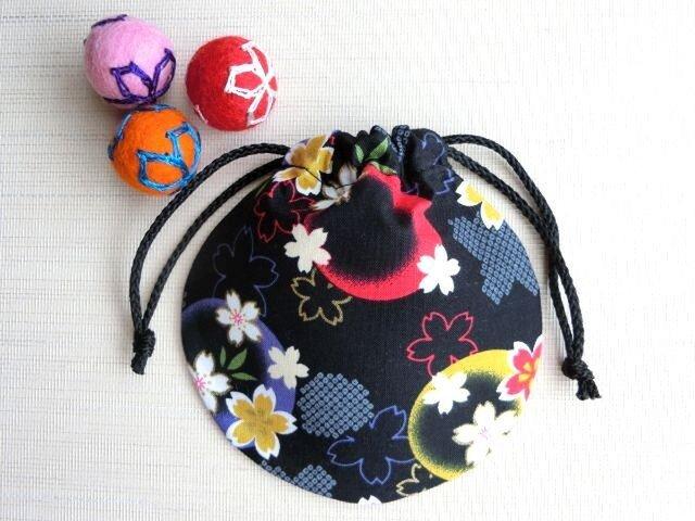 ミニ巾着 黒色金彩 ほんわり桜 御守り アクセ収納 七五三 プレゼントにも 再の画像1枚目
