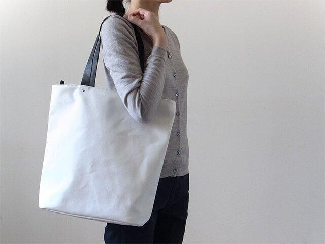 シンプルな装いに - トートバッグWhite(M)- :カレン クオイルの画像1枚目