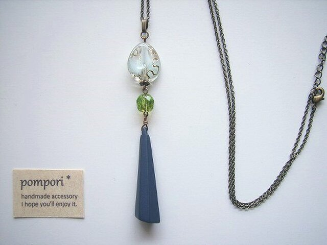 ロングピラミッドビーズのネックレス(マット紺)の画像1枚目