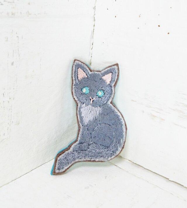 グレーの猫ちゃん*刺繍ブローチの画像1枚目