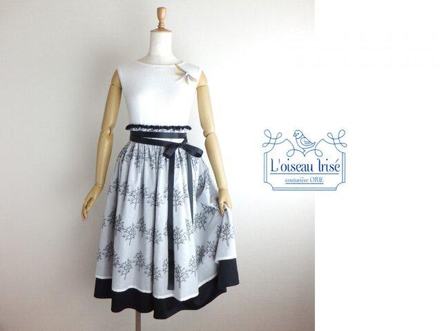 ボタニカル刺繍のデザインスカートの画像1枚目