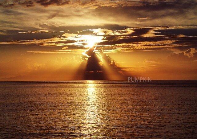 エンジェルラダー  PH-A4-010   写真  天使の梯子 朝日 海 海上 水平線 の画像1枚目
