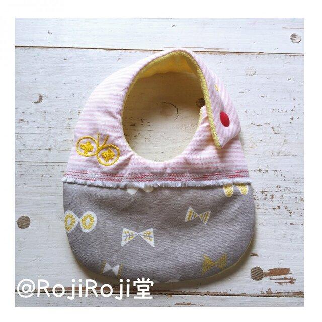 Rojiベビービブ/ピンク&グレー 刺繍てふてふの画像1枚目
