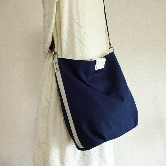 帆布の楕円底ショルダーバッグ(紺色×白革)☆受注製作☆の画像1枚目