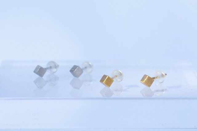 Single cube earrings (GOLD)の画像1枚目
