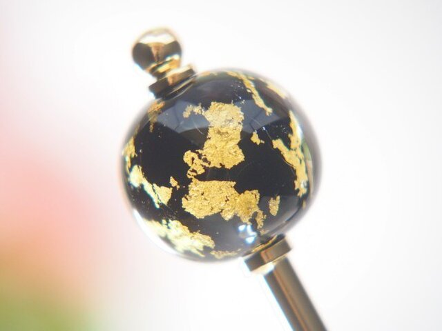 黒地に金箔のとんぼ玉かんざしの画像1枚目