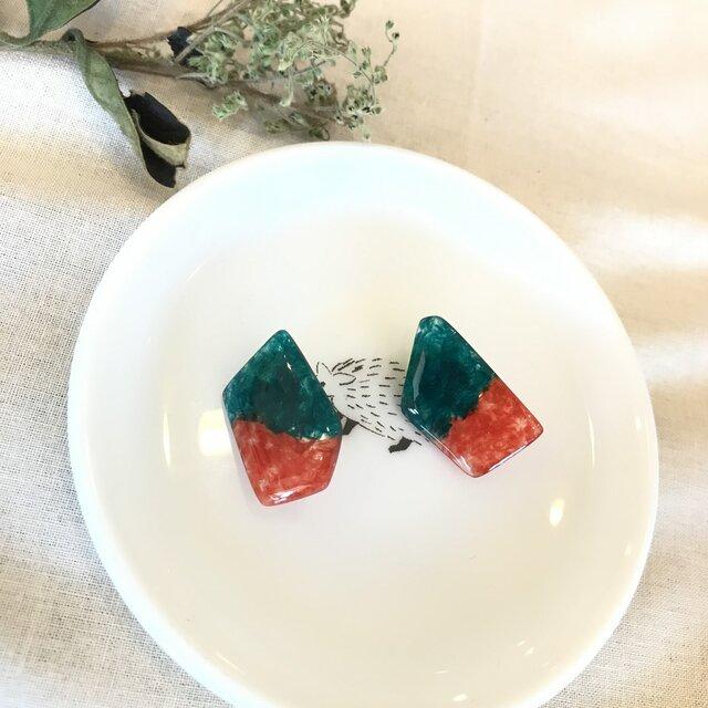 刺繍糸とレジンのバイカラーイヤリング【緑×橙】の画像1枚目