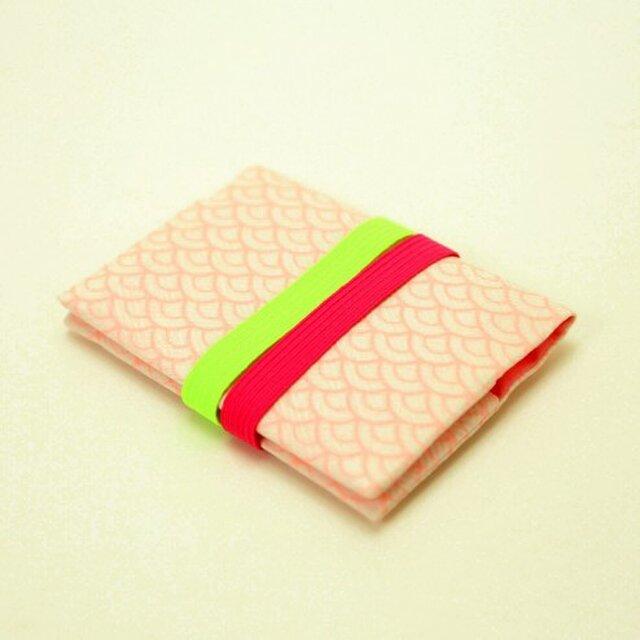 地曵いく子プロデュース 青海波文×桜桃色 きものカードケース(パッショングリーン×ローズピンクゴムバンド付)の画像1枚目