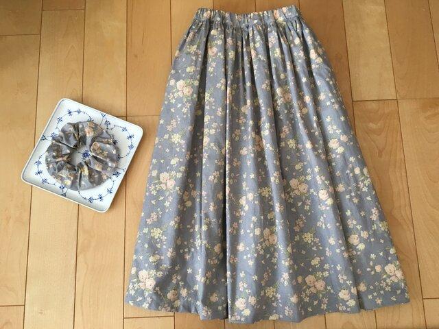 SALEブルーグレー花柄スカート(お揃い柄シュシュ付き)の画像1枚目