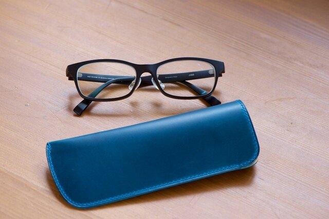 スリムなブルーのメガネケース の画像1枚目