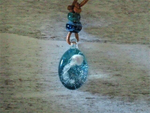 海を舞う海月のネックレスの画像1枚目