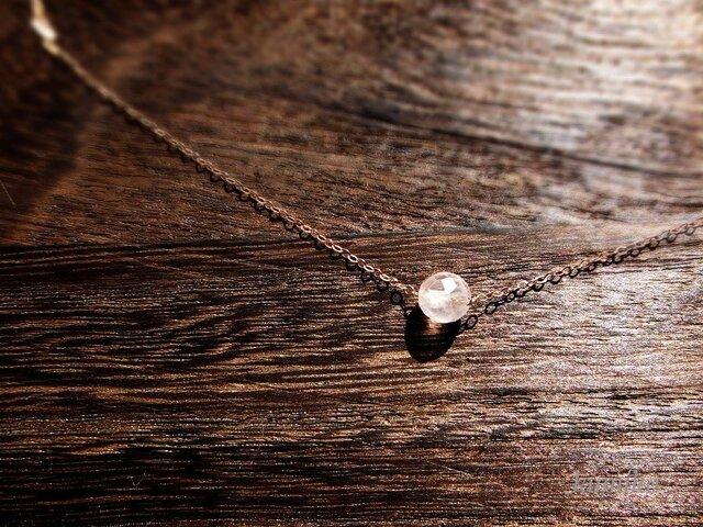 ローズクォーツひと粒のネックレスです(直径約6mm)の画像1枚目