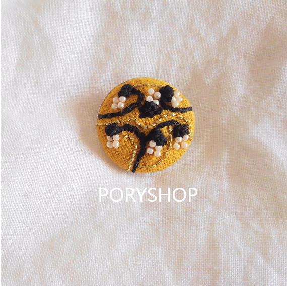 小花柄の刺繍ブローチ(黄)の画像1枚目