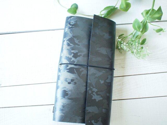 本革A5変形 黒ミリタリーの手帳カバー まっすぐだけれど自然な切り口の画像1枚目