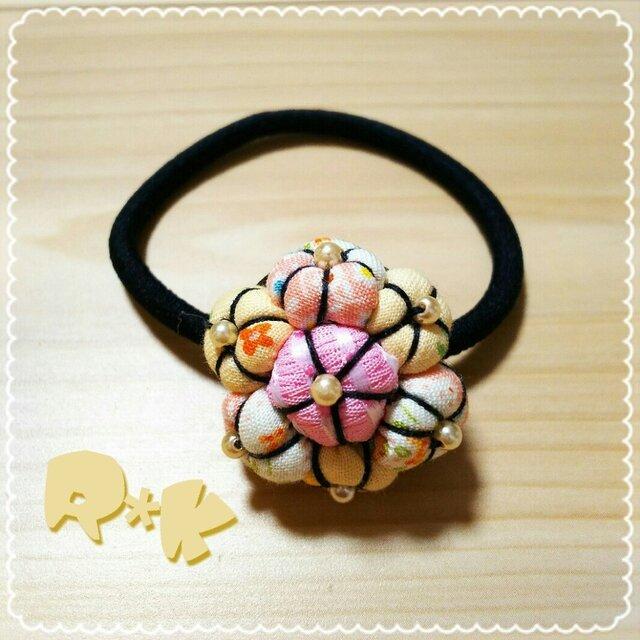 淡い色で花模様花のヘアゴムの画像1枚目