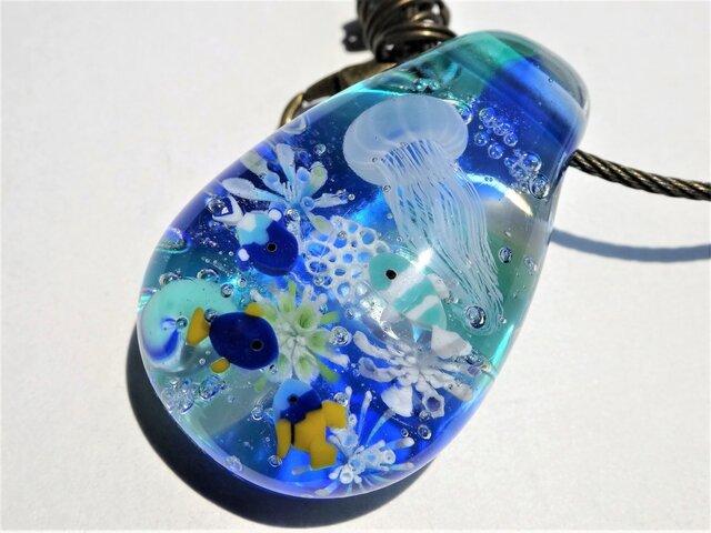 《しましまクラゲと熱帯魚》バッグチャーム とんぼ玉 ガラス キーホルダー の画像1枚目