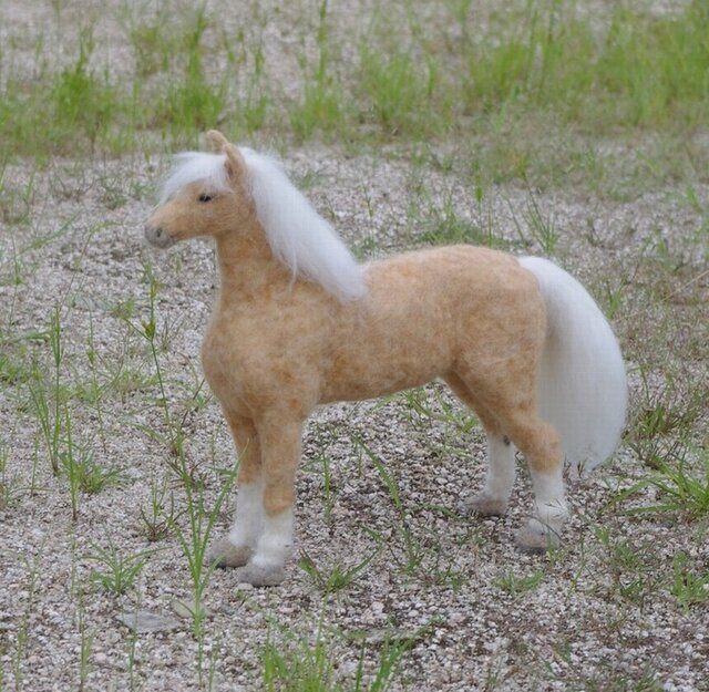 羊毛フェルト人形32cm:馬:パロミノPALOMINOの画像1枚目