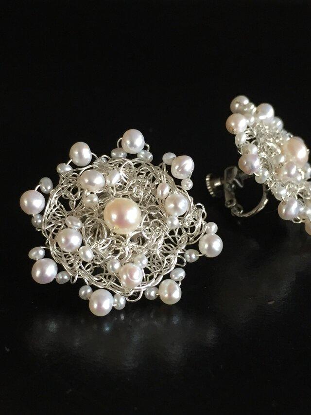 パールをシルバーの糸で編んだお花のイヤリングの画像1枚目