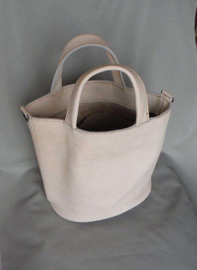 白いシボのある牛革トートバッグの画像1枚目