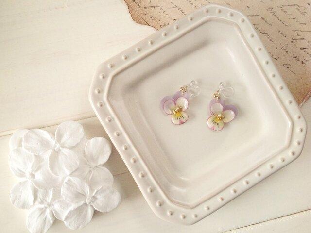 染め花を樹脂加工したビオラのノンホールピアス(SS・薄紫&オフホワイト)の画像1枚目