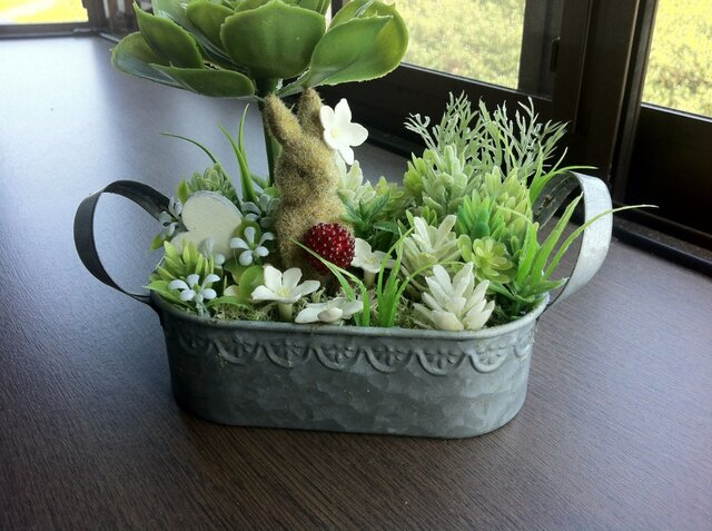 《送料無料》ブリキの庭のウサギさんの画像1枚目