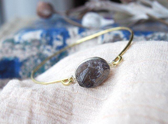 原石アイオライトの真鍮バングルの画像1枚目