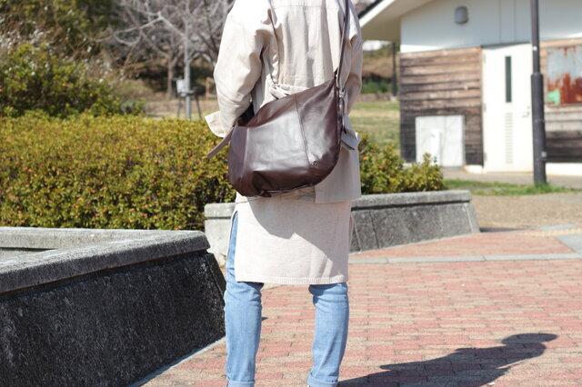 柔らかな本革ショルダーバッグ 軽量 ポニースムース チョコ 馬革 茶【送料無料】ak-20psの画像1枚目