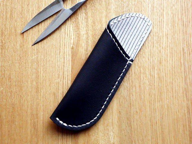 革の糸切りばさみケース ブラック×紺ストライプの画像1枚目