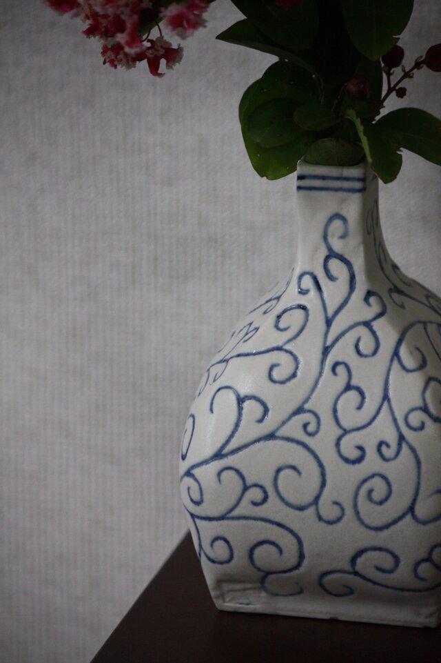 四面唐草模様の花瓶の画像1枚目
