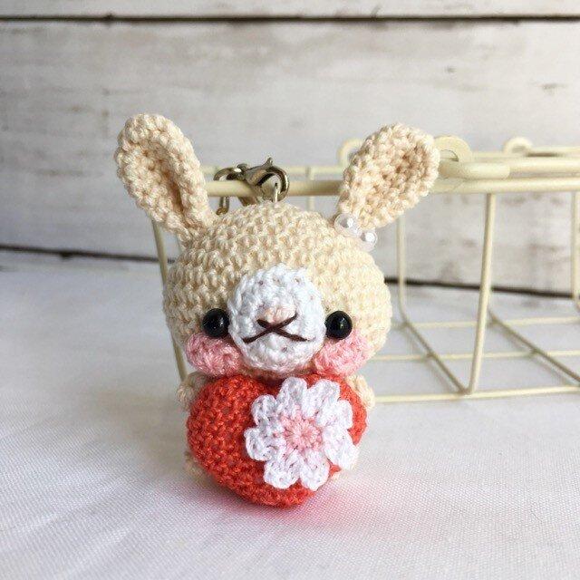 【受注生産】赤ハート+お花・生成り色うさぎさん・鈴付きイヤホンジャックストラップの画像1枚目