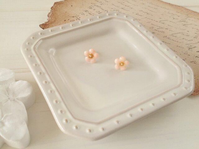 染め花を樹脂加工した小花のピアス(ピンク)の画像1枚目