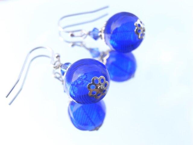 夏祭りのヨーヨーの様な紺色ストライプの吹きガラスのピアス 小玉の画像1枚目