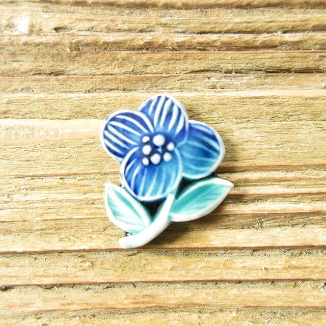 陶器で出来たお花のブローチ(青)の画像1枚目