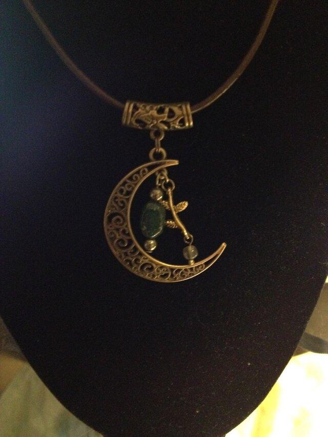 森林浴の癒し〜アベンチュリンとラブラドライトの月のネックレスの画像1枚目