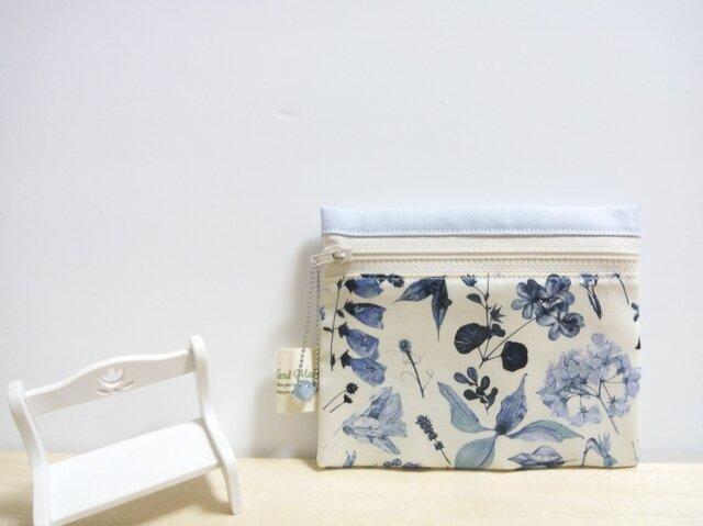 繊細なブルーの草花*リバティ<Floral Eve>(フローラル・イヴ)ティッシュケース付きポーチ①の画像1枚目