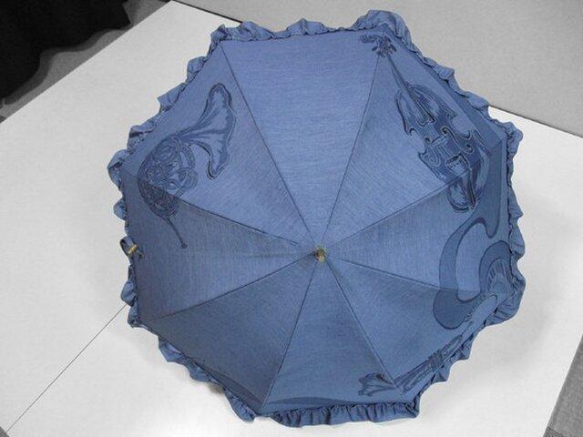 フリル布付きデニムの日傘(ポップなオーケストラ・青色)の画像1枚目